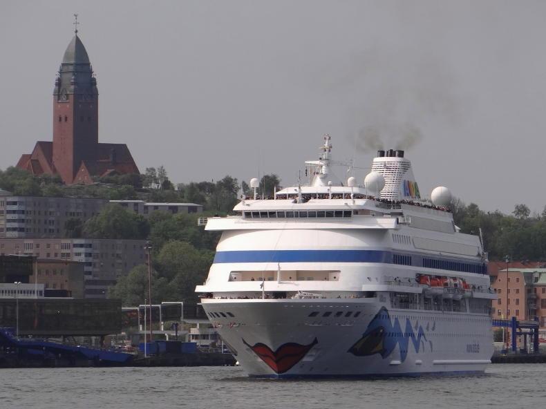 Masthuggskyrkan mit Kreuzfahrtschiff