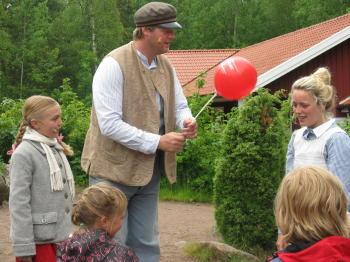 Alfred und Lina mit dem Luftballon
