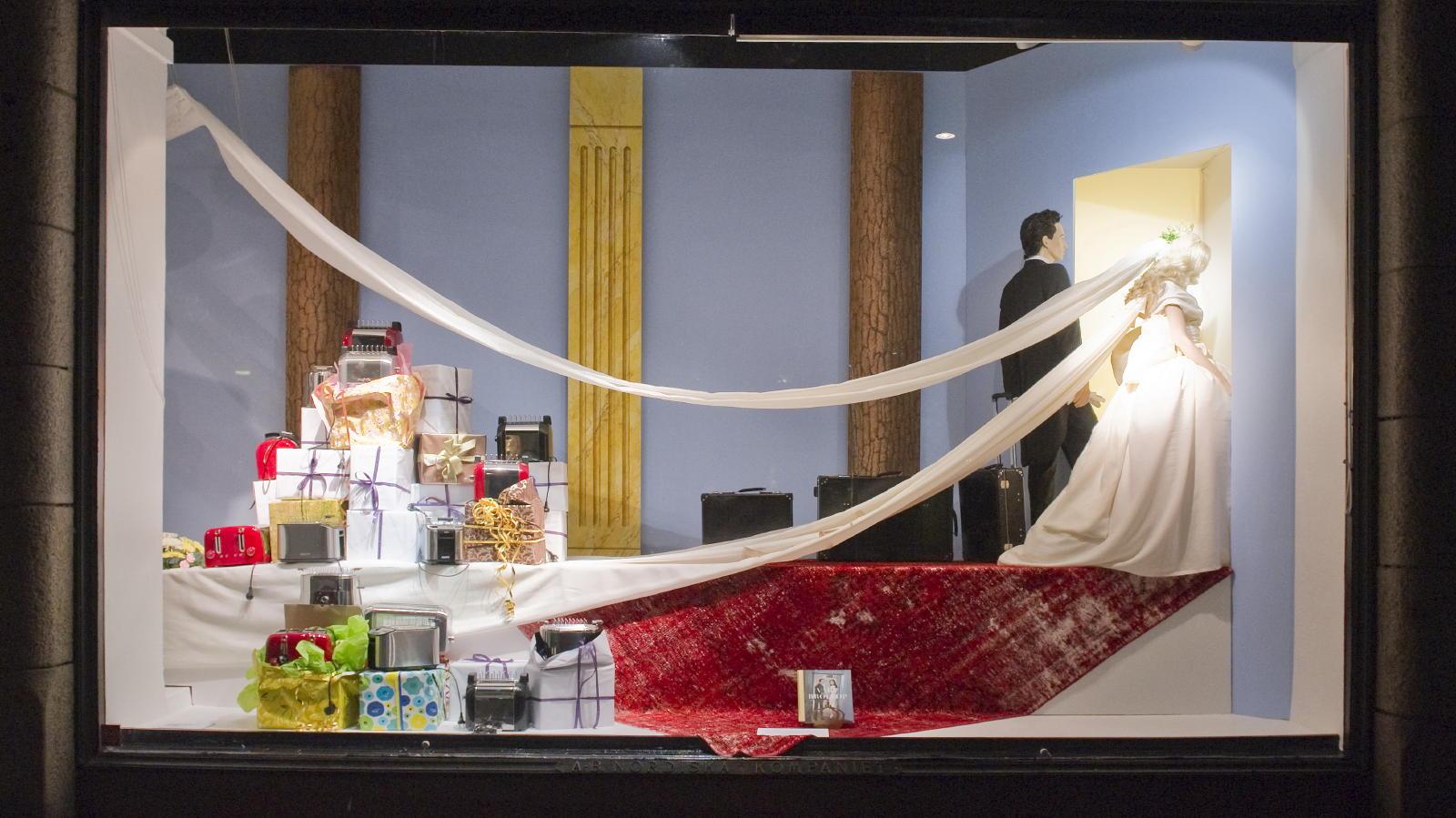 Schaufensterdekoration für Victoria und Daniel bei NK in Stockholm