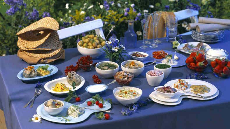 Festlich gedeckter Tisch zu Mittsommer