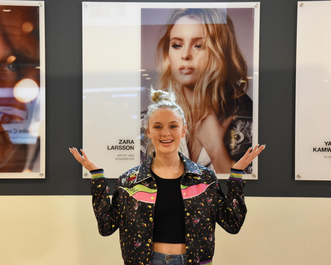 Flughafen Stockholm-Arlanda: Macht mal ein Bild mit Zara Larsson!