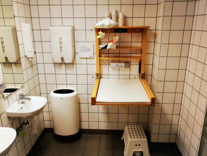 Bei IKEA: Wickeltisch auf der Herrentoilette